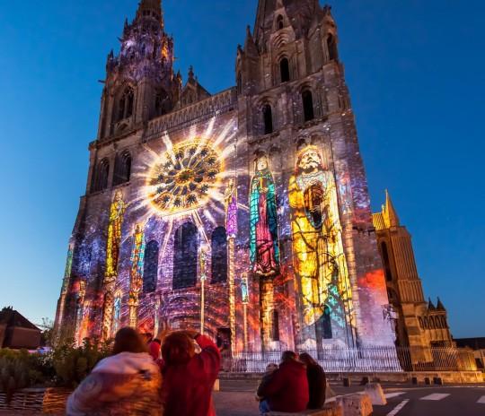 Cathedrale-de-Chartres-en-Lumieres-©-Scenographie-Spectaculaires-1200x1033