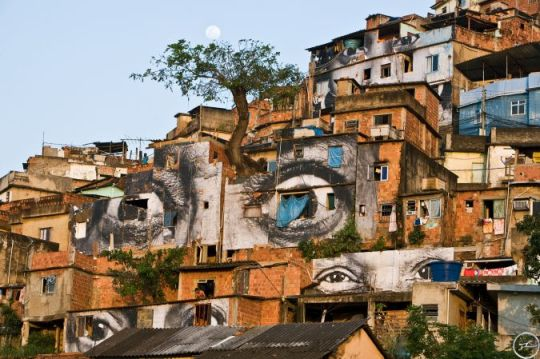 28_millimetres_-_women_are_heroes_action_dans_la_favela_morro_da_providencia_arbre_lune_horizontale_rio_de_janeiro_2008_0