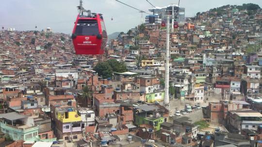 944396771-langnese-montee-en-teleferique-favela-telecabine