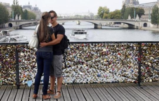 648x415_couple-embrasse-pont-arts-a-paris-recouvert-cadenas-amour-aout-2013.jpg
