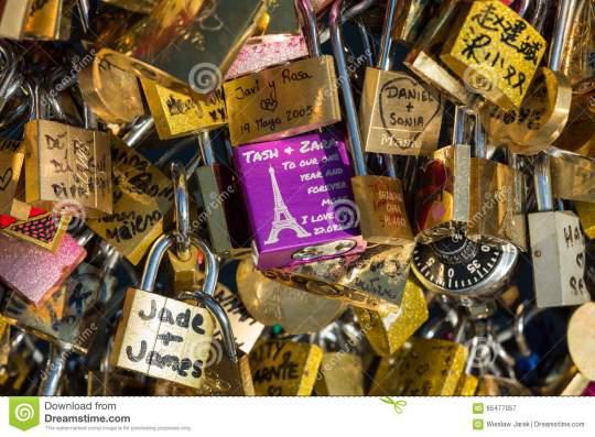 paris-france-pont-des-arts-cadenas-d-amour-sur-le-pont-65477057.jpg