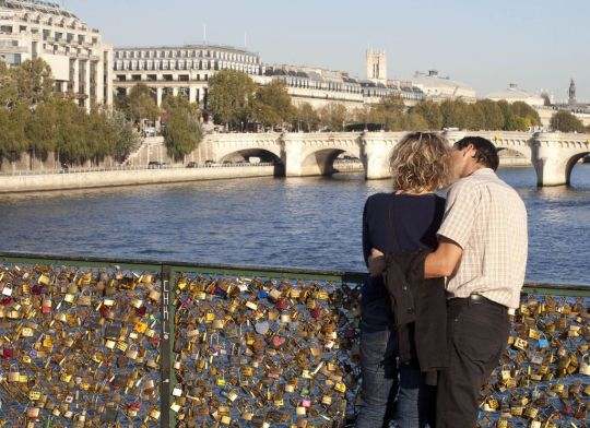 Pourquoi-y-a-t-il-des-cadenas-du-Pont-des-Arts_width1024.jpg
