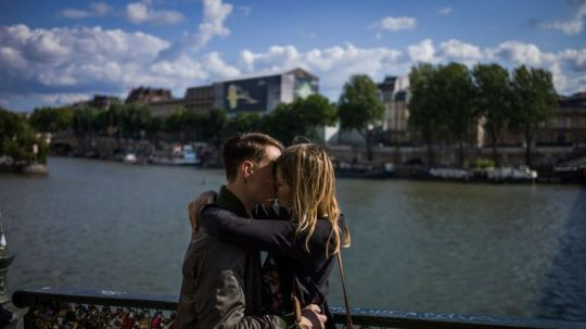 un-couple-s-embrasse-sur-le-pont-des-arts-a-paris-le-15-aout-2014_5076776.jpg