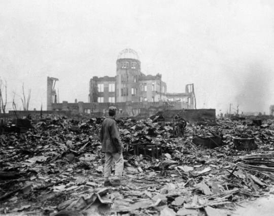 un-homme-dans-decombres-ville-hiroshima-8-septembre-1945_2_1400_475